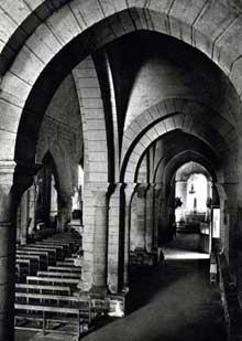 Lanobre (Cantal): église paroissiale Notre Dame. La nef et le bas-côté