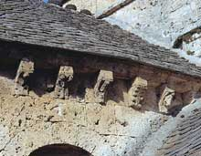 Lanuéjols (Lozère): église paroissiale. Le chevet. Modillons du chevet