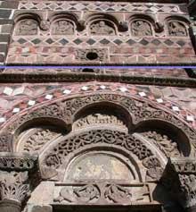 Le Puy en Velay. Saint Michel d'Aiguilhe, portail d'entrée: tympan et arcade surmontant le tympan