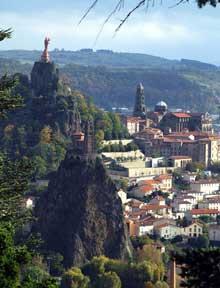 Le Puy en Velay. La cathédrale Notre Dame. Au premier plan, Notre Dame de l'Aiguilhe