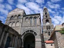 Le Puy en Velay. La cathédrale Notre Dame. Le porche du For sur la face est du transept sud