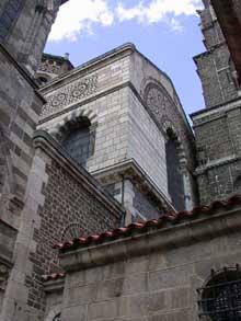 Le Puy en Velay. La cathédrale Notre Dame. Le chevet vu du porche du For