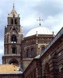 Le Puy en Velay. La cathédrale Notre Dame. Le clocher et la tour de croisée