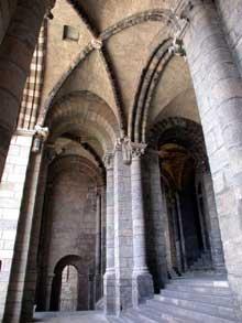 Le Puy en Velay. La cathédrale Notre Dame. Le porche d'entrée: la porte dorée