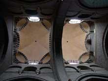 Le Puy en Velay. La cathédrale Notre Dame. La nef: les deux travées médianes, voûtées de coupoles