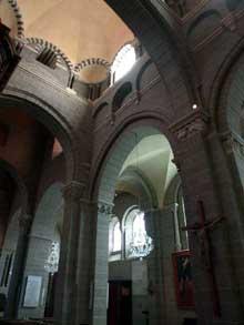 Le Puy en Velay. La cathédrale Notre Dame. Elévation de la nef et bas-côté.