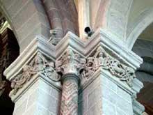 Le Puy en Velay. La cathédrale Notre Dame. Pilier de la nef et ses chapiteaux