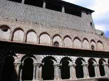 Le Puy en Velay. La cathédrale Notre Dame. Le cloître. Galerie ouest adossée à la chapelle des reliques
