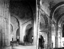 Lescar (Pyrénées Atlantiques): la «cathédrale» Notre Dame. La nef centrale est couverte d'une voûte plein cintre; les bas-côtés sont couverts de berceaux transversaux