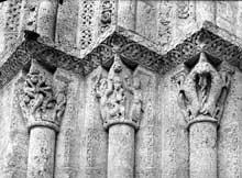 Lescure (Tarn): église saint Michel. Chapiteaux de l'ébrasement nord du portail occidental