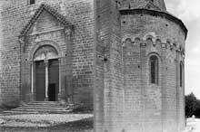 Le Thor (Vaucluse): l'église Notre Dame du Lac. Portail occidental et abside
