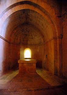 Le Thoronet (Var): l'abbatiale. La crypte