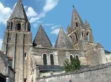 Loches (Indre et Loire): Saint Ours, ancienne collégiale Notre-Dame. Vue sur le côté sud de l'édifice. A gauche, le clocher porche et ses massifs contreforts