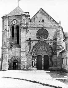 Longpont sur Orge (Essonne)�: basilique Notre dame de la Bonne Garde. Fa�ade occidental et portail gothique