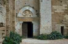 Villeneuve les Maguelone (Hérault): cathédrale saint Pierre. Le portail occidental. Les éléments décoratifs sont un assemblage de divers éléments ayant appartenu à d'autres tympans