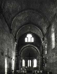 Marnans (Is�re)�: �glise saint Pierre. La nef centrale en berceau bris�