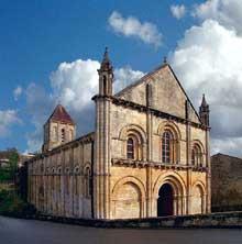 Melle (Deux Sèvres): l'église saint Hilaire. Vue de la façade et le la face nord