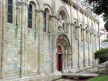 Melle (Deux Sèvres): l'église saint Hilaire. Vue du côté nord et de son célèbre portail