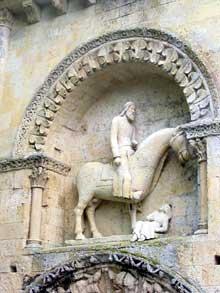 Melle (Deux Sèvres): l'église saint Hilaire. Le portail nord. Le célèbre chevalier au dessus du portail: symbole de la victoire de l'Eglise sur les païens