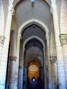 Melle (Deux Sèvres): l'église saint Hilaire. La nef en berceau brisé.