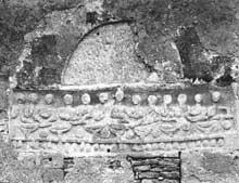 Meuvaines (Calvados): église saint Manvieu: Détail d'un ancien tympan représentant la cène