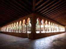 Moissac, abbaye saint Pierre: le cloître, angle nord - est