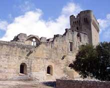 Montmajour, l'abbaye de Saint Pierre, fondée par des moines bénédictins sur le « Mont Majour » (la grande montagne) en 948