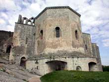 Montmajour, l'abbaye de Saint Pierre. Chevet de l'église abbatiale construit sur la crypte à laquelle on peut accéder de l'extérieur