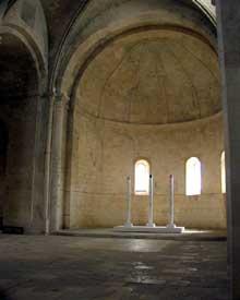 Montmajour, l'abbaye de Saint Pierre. L'église abbatiale: l'abside en cul de four nervurée