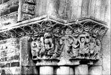 Montsaunès (Haute Garonne): église saint Christophe des Templiers. Le portail sud: chapiteaux de l'ébrasement gauche: martyre de saint Pierre