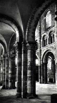 Mont Saint Michel (Calvados): l'église abbatiale. Bas-côté et nef, côté nord