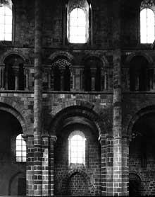 Mont Saint Michel (Calvados): l'église abbatiale. Elévation de la nef, côté nord