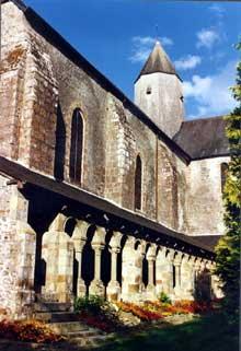 Mortain (Manche): l'abbaye Blanche: le cloître et l'église
