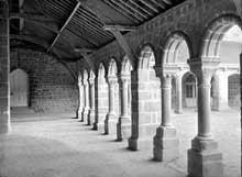 Mortain (Manche): l'abbaye Blanche: le cloître
