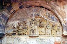 Mozac (Puy du Dôme): l'abbaye saint Pierre. Le tympan de la Vierge (entrée de l'ancien cloître)