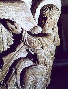 Mozac (Puy du Dôme): l'abbaye saint Pierre. Le chapiteau de la résurrection, détail: l'ange annonciateur