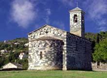 Murato (Haute Corse): l'église San Michele. Vue du chevet et du côté nord
