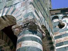 Murato (Haute Corse): l'église San Michele. Pilier sud du porche avec son chapiteau en «escargot»