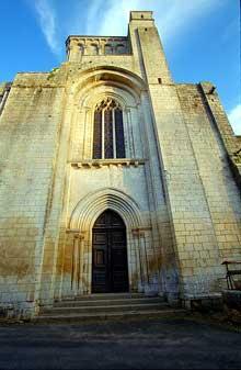 Nouaillé Maupertuis (Vienne): abbaye Saint Junien. Façade occidentale