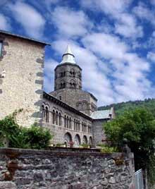 Orcival (Puy du Dôme): l'église prieurale Notre Dame: côté sud