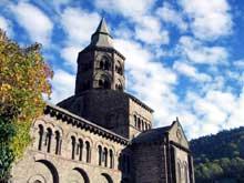 Orcival (Puy du Dôme): l'église prieurale Notre Dame: côté sud et tour de croisée