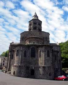 Orcival (Puy du Dôme): l'église prieurale Notre Dame: le chevet