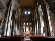 Orcival (Puy du Dôme): l'église prieurale Notre Dame: la nef