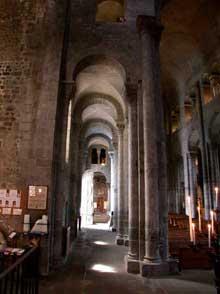 Orcival (Puy du Dôme): l'église prieurale Notre Dame: collatéral nord aux arcs légèrement outrepassés
