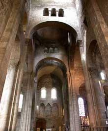 Orcival (Puy du Dôme): l'église prieurale Notre Dame: le transept nord