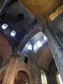 Orcival (Puy du Dôme): l'église prieurale Notre Dame: la croisée du transept