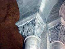 Orcival (Puy du Dôme): l'église prieurale Notre Dame: chapiteau de la nef