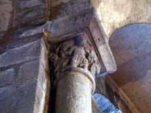 Orcival (Puy du Dôme): l'église prieurale Notre Dame: chapiteau du porteur de mouton