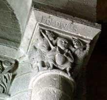 Orcival (Puy du Dôme): l'église prieurale Notre Dame: chapiteau de la nef: l'avarice