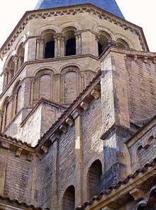 Paray Le Monial (Saône et Loire): la Basilique. La tour de croisée